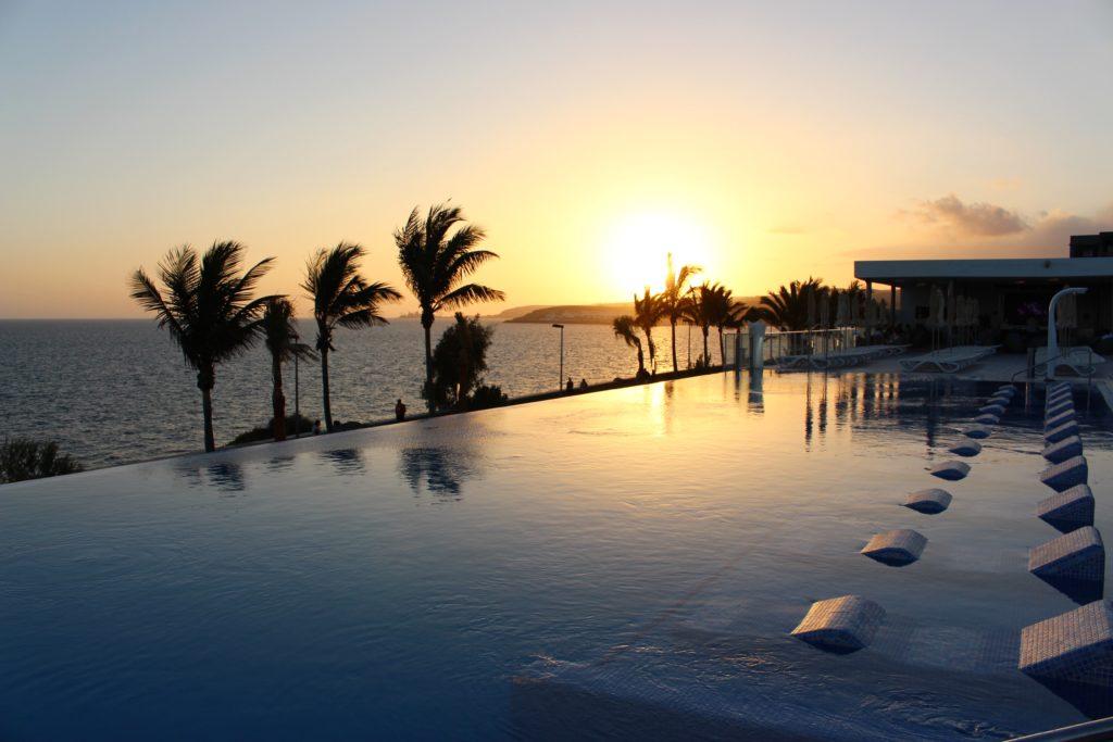 I den här poolen med inbyggda solstolar kunde man ligga och glassa och spana ut över horisonten...