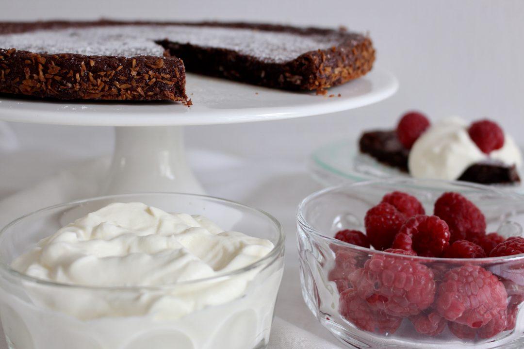 enkel chokladtårta med grädde