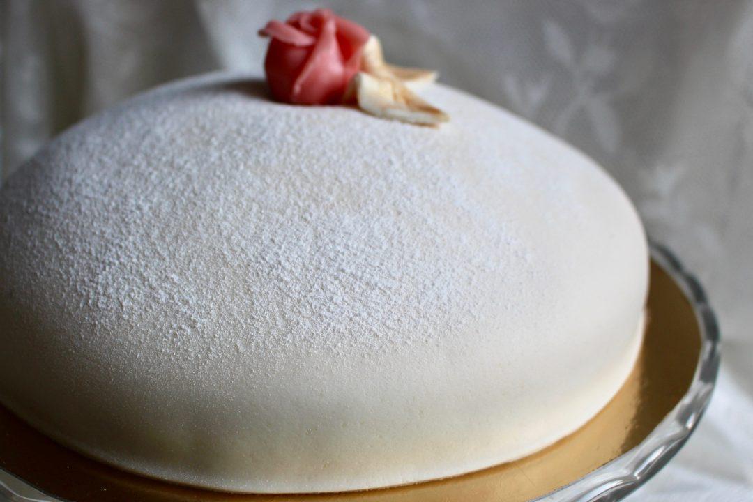 färdigkavlad marsipan till tårta
