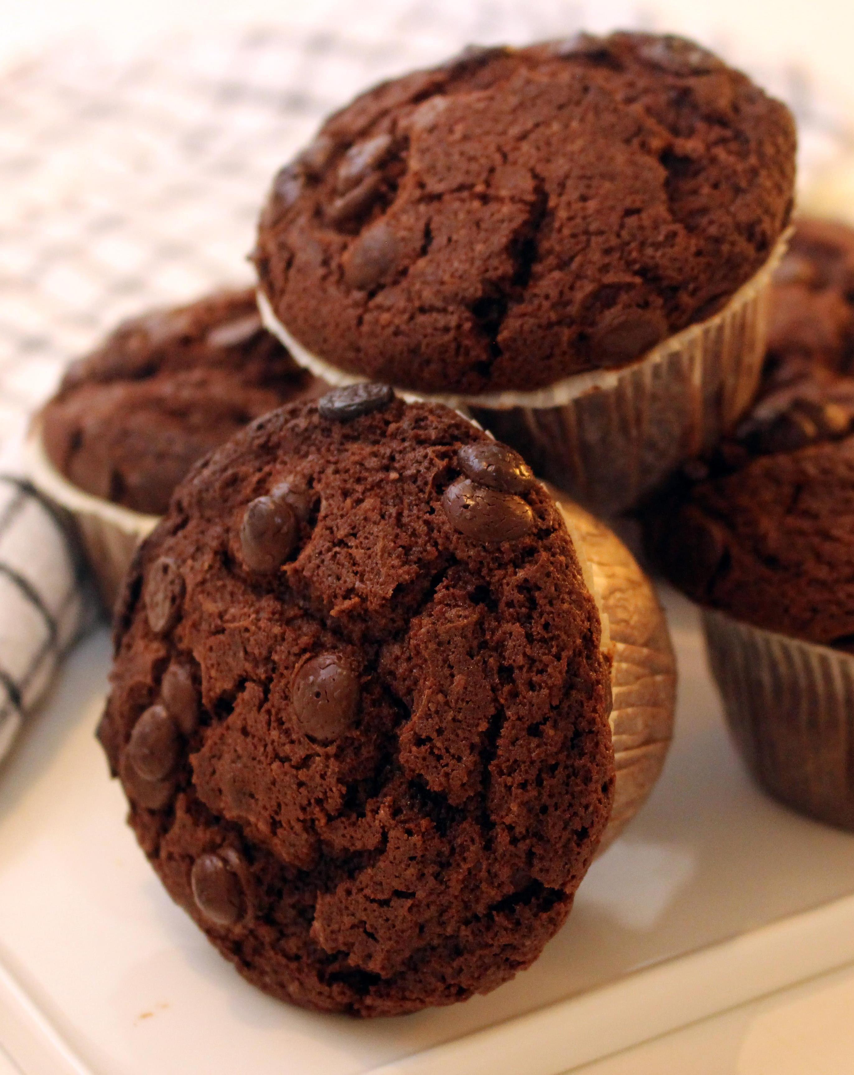 stora chokladmuffins nära