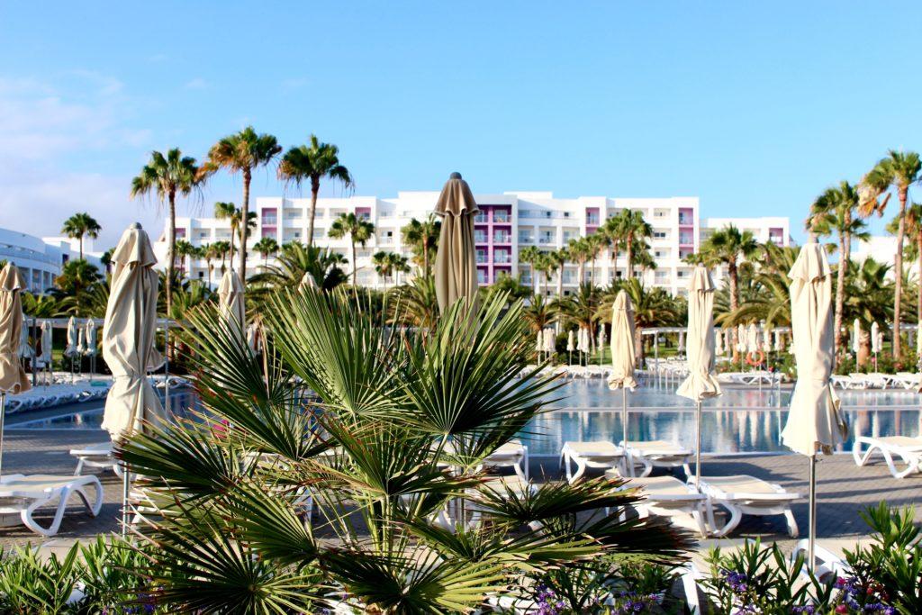 Vi bodde på ett stort, fint hotell i Las Meloneras. Omgivet av palmer och med pooler för både stora och små.