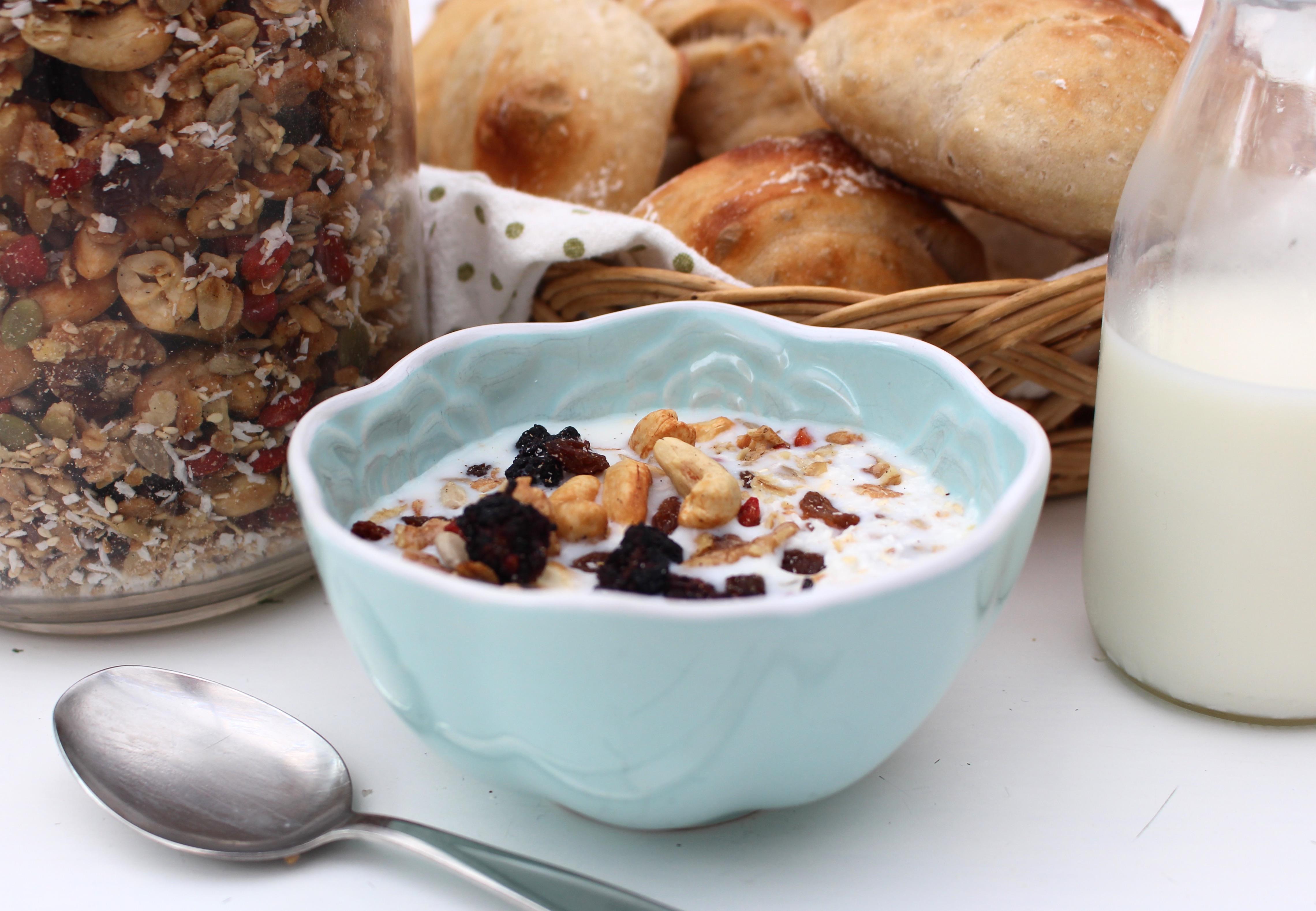 Frukost med granola och mjölk